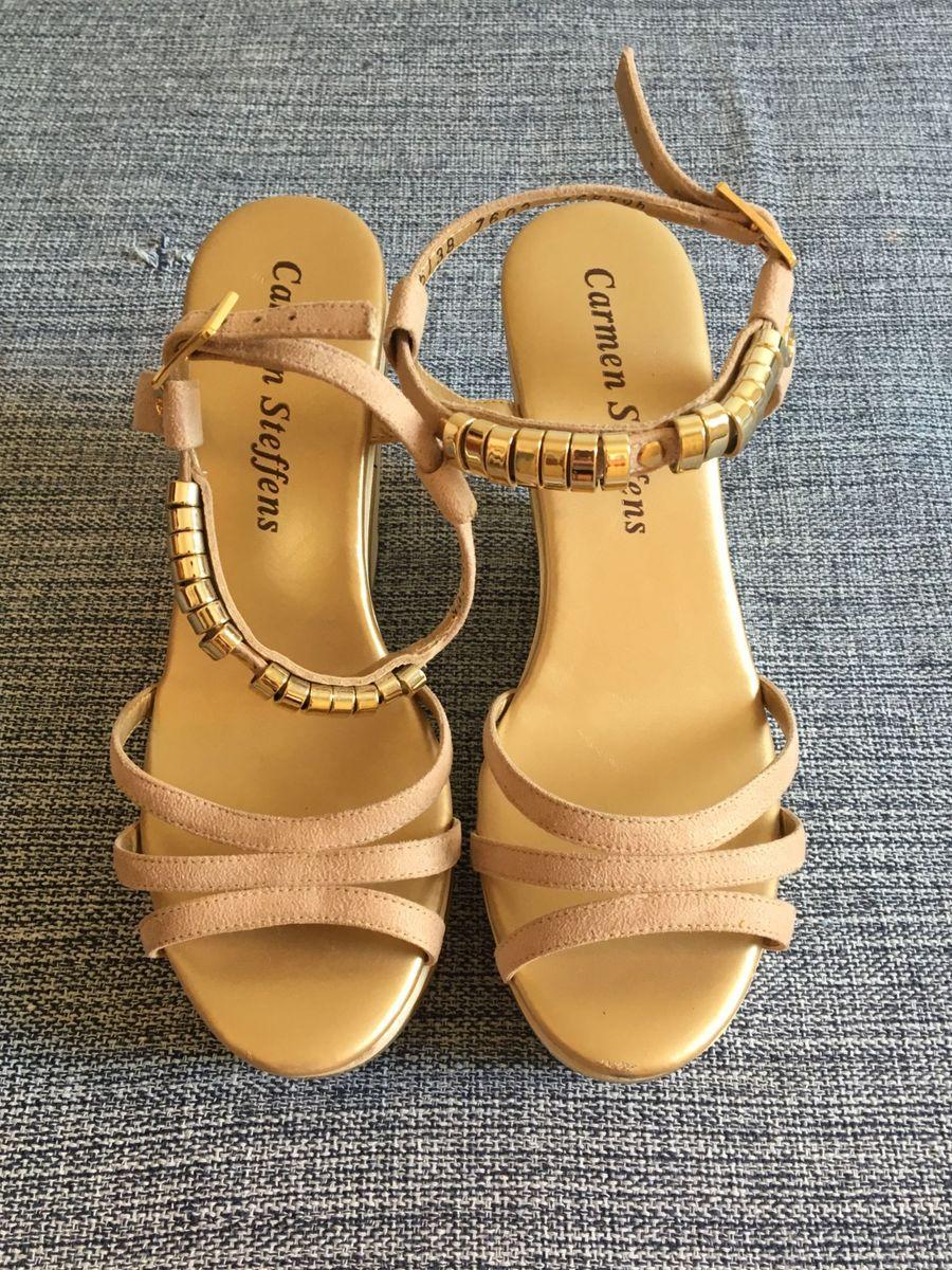 51916b06fa anabela dourada cs - sandálias carmen-steffens.  Czm6ly9wag90b3muzw5qb2vplmnvbs5ici9wcm9kdwn0cy82mdc5ndm5lzkzzdyznzfmnmnmnzk5zgfmnme5otjjzdc0njm3zdnilmpwzw  ...