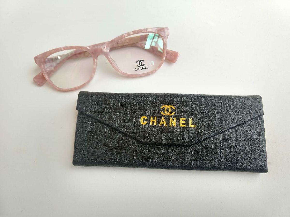 938fca764 armação chanel rosa cintilante - óculos chanel.  Czm6ly9wag90b3muzw5qb2vplmnvbs5ici9wcm9kdwn0cy85ndy1nzk5lzjkztc3otbhntuzytm1m2q5owjiogyzywzjmtlmzwm3lmpwzw