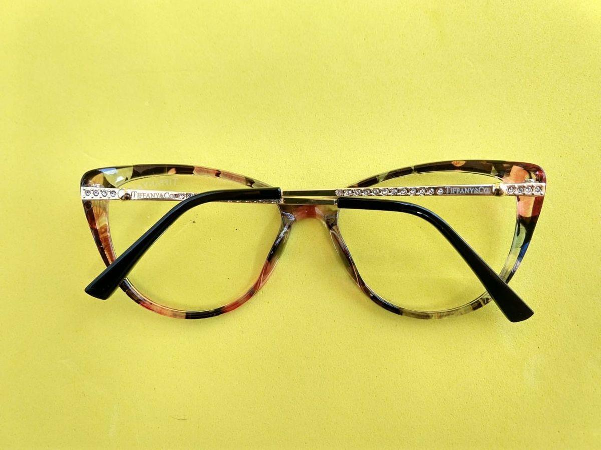ec487b77c ... hastes strass tiffany - óculos tiffany-co.  Czm6ly9wag90b3muzw5qb2vplmnvbs5ici9wcm9kdwn0cy85ndy1nzk5lzm3nzq4ogi0mtu2n2zjymywnzm1n2vkzgzkotrhndhklmpwzw
