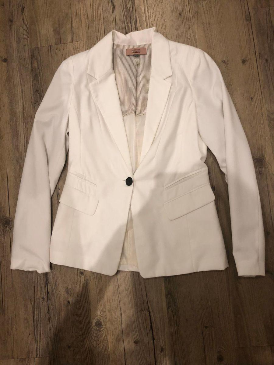 11f42cf7a8 blazer branco - ombro bershka.  Czm6ly9wag90b3muzw5qb2vplmnvbs5ici9wcm9kdwn0cy8yntqwnjivywjlnwfjn2m2owm2y2niotc5nmmwm2vjn2u1nmy4odkuanbn  ...