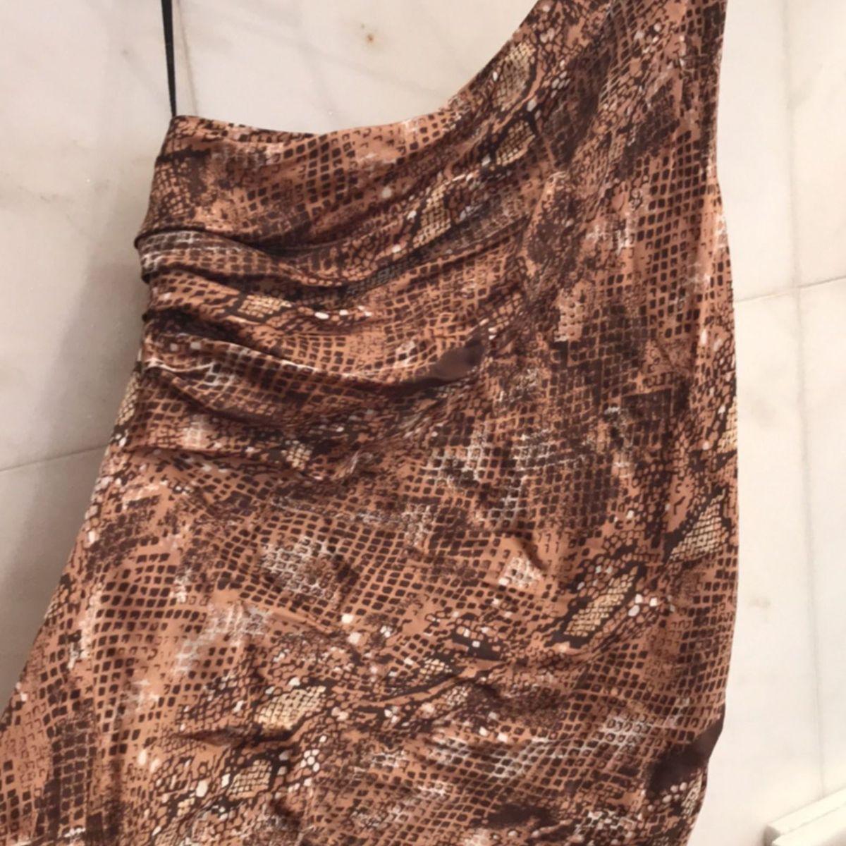 f6fc251e84 Blusa Agilitá Estampa Estilo Cobra Maravilhosa de Um Ombro Só com Laço e  Correntes em Ouro Velho
