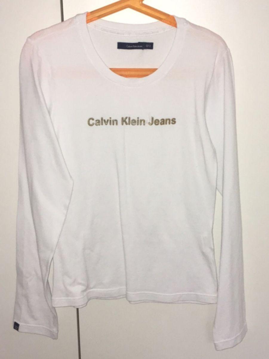 9791cc3331ce2 blusa calvin klein - blusas calvin klein jeans.  Czm6ly9wag90b3muzw5qb2vplmnvbs5ici9wcm9kdwn0cy83mta0mtmylzhlywyzn2q2zwrlm2e3otg2m2i3mwfhywrkymvkywvklmpwzw