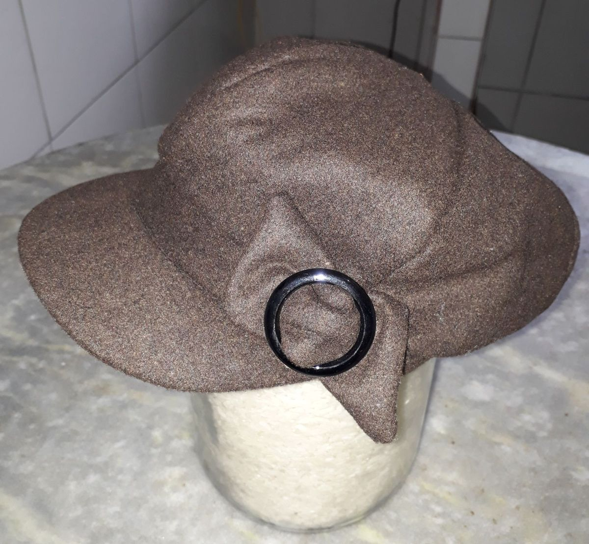 boina burguesinha marrom - chapeu made-in-china.  Czm6ly9wag90b3muzw5qb2vplmnvbs5ici9wcm9kdwn0cy82odewndg2lzkzmmexzjkwy2vky2uyymrlodmxzdu1nzkwodu2zty5lmpwzw  ... 97525721f8d