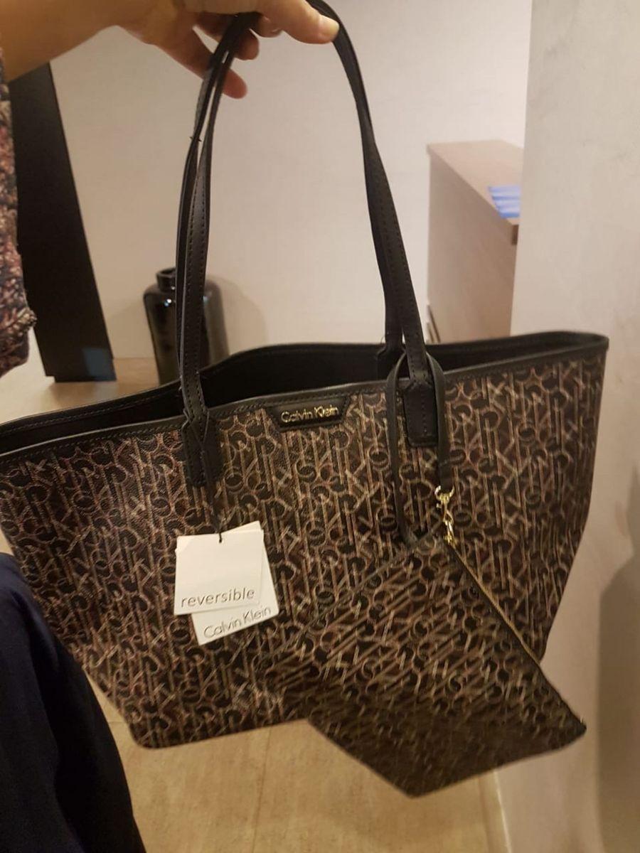8a0a47bc4218f Bolsa Calvin Klein Reversível Nova   Bolsa de Ombro Feminina Calvin ...