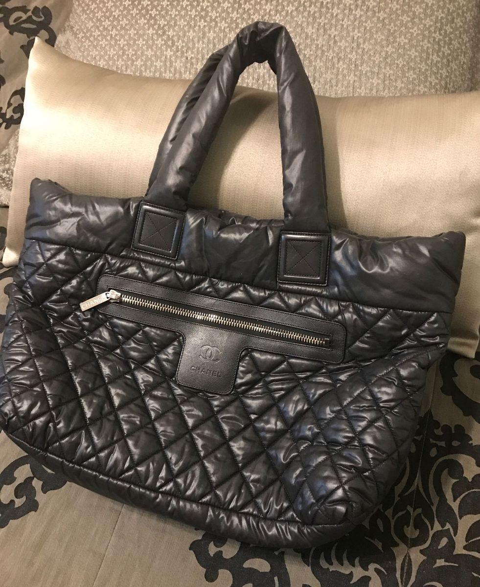 bolsa chanel cocoon em nylon preta - de mão chanel.  Czm6ly9wag90b3muzw5qb2vplmnvbs5ici9wcm9kdwn0cy84ntg2oduvmmiwotfhyjmwntdlotrlmgqwmja1nwy0yjm2zjjlywyuanbn  ... 662f1adc200