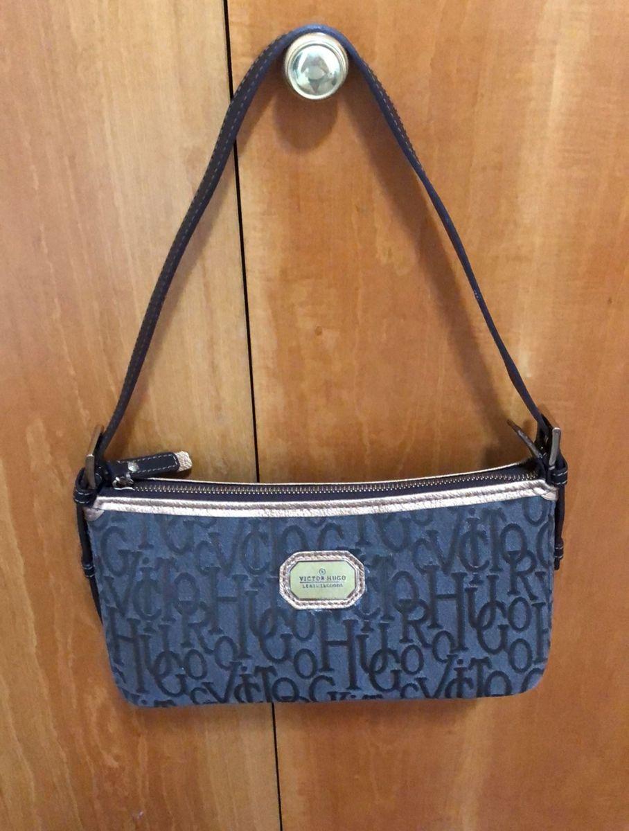 bolsa de tecido com alça em couro da marca victor hugo original marrom com detalhes  em b584e63496