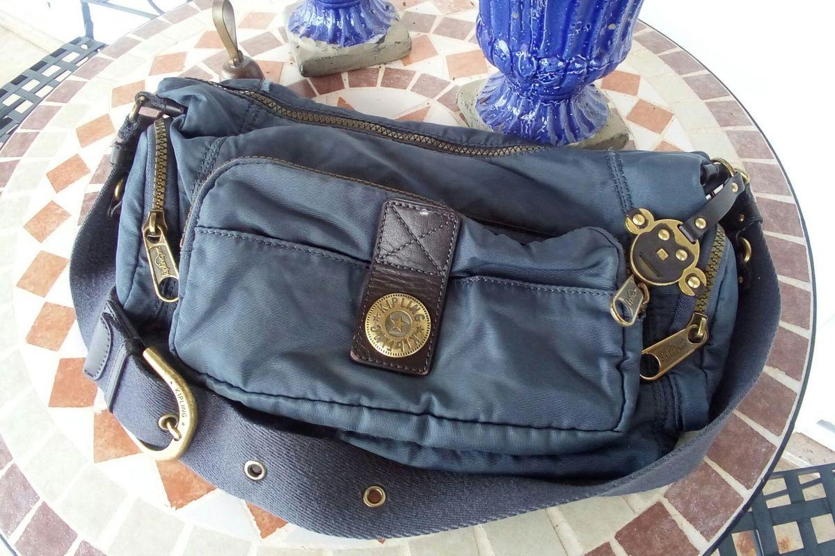 bc783c17b bolsa kipling azul detalhes couro - ombro kipling.  Czm6ly9wag90b3muzw5qb2vplmnvbs5ici9wcm9kdwn0cy8ymju0mtevmwqxownlztdmzgeymza4mgm5zjlmndk5nzizyji1otyuanbn