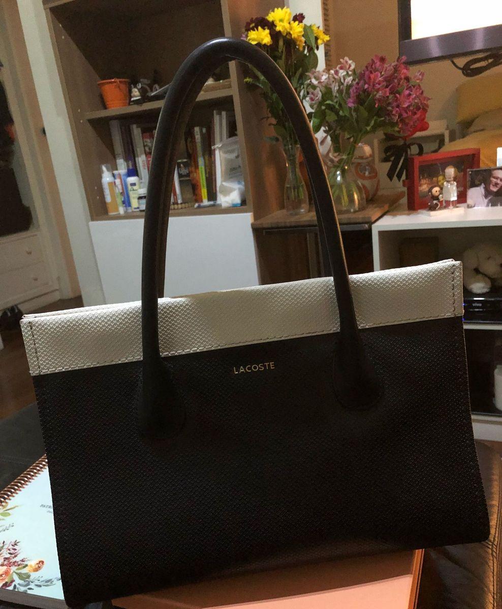 fbe4129c336de bolsa lacoste preta e branca - de mão lacoste.  Czm6ly9wag90b3muzw5qb2vplmnvbs5ici9wcm9kdwn0cy84mjkynjkzl2jimdjizgq1ngu1nza3yjbhm2i5zjg5mjzjzwfmy2vllmpwzw  ...