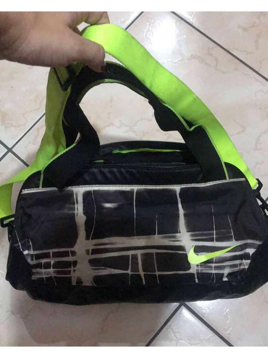 49a754ee6 bolsa nike preta com amarelo - carteiras nike.  Czm6ly9wag90b3muzw5qb2vplmnvbs5ici9wcm9kdwn0cy8xmzu0mtgvoda5yzziyjy0mtjjmzk4ztvlotkwnjg0ntfkmzi0mmeuanbn  ...