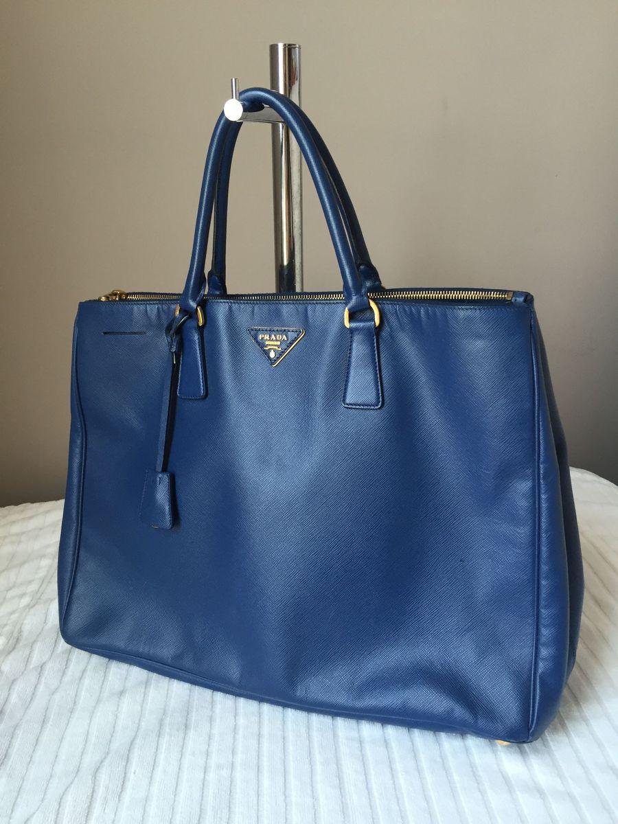 ea31806d8 bolsa prada azul saffiano grande - de mão prada.  Czm6ly9wag90b3muzw5qb2vplmnvbs5ici9wcm9kdwn0cy83mjq1mzqvowmwmdgymjzjogi1njhjnzrkzwu0ntewnjk2otbmotiuanbn