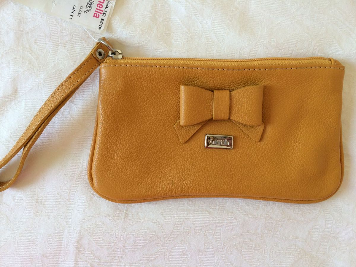 6c869a09f bolsinha couro amarelo mostarda - de mão antonella.  Czm6ly9wag90b3muzw5qb2vplmnvbs5ici9wcm9kdwn0cy82mdm3mc80mthintfimjlimzfmntqzyty5yjyznjy1otbkyzc2os5qcgc