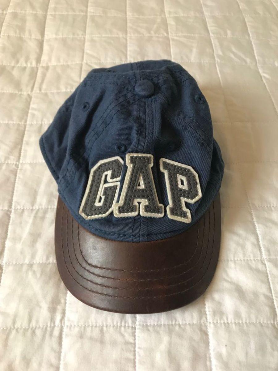 boné gap azul com aba em couro marrom - menino gap.  Czm6ly9wag90b3muzw5qb2vplmnvbs5ici9wcm9kdwn0cy84oti4ndmvmtvjnjrindflm2m0zjiymthjotq5ymvlmtnlztfjnwquanbn  ... 4d3f6ccfddd