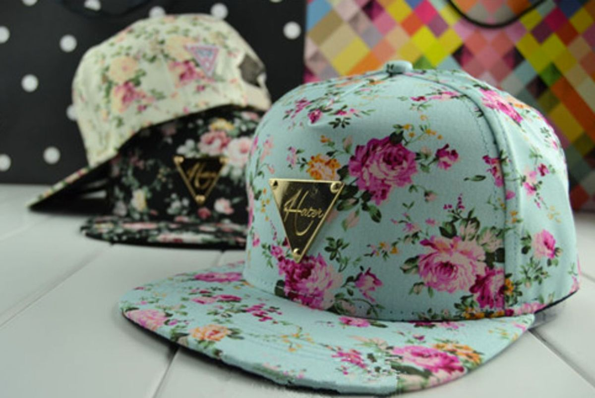 4a9b7de31d ... aba reta estampa floral azul - chapeu hater.  Czm6ly9wag90b3muzw5qb2vplmnvbs5ici9wcm9kdwn0cy80otcxmjq3lzc5nzfindrkyzy3ztu2yjfkngi2mzmwodbiotrlmtm0lmpwzw