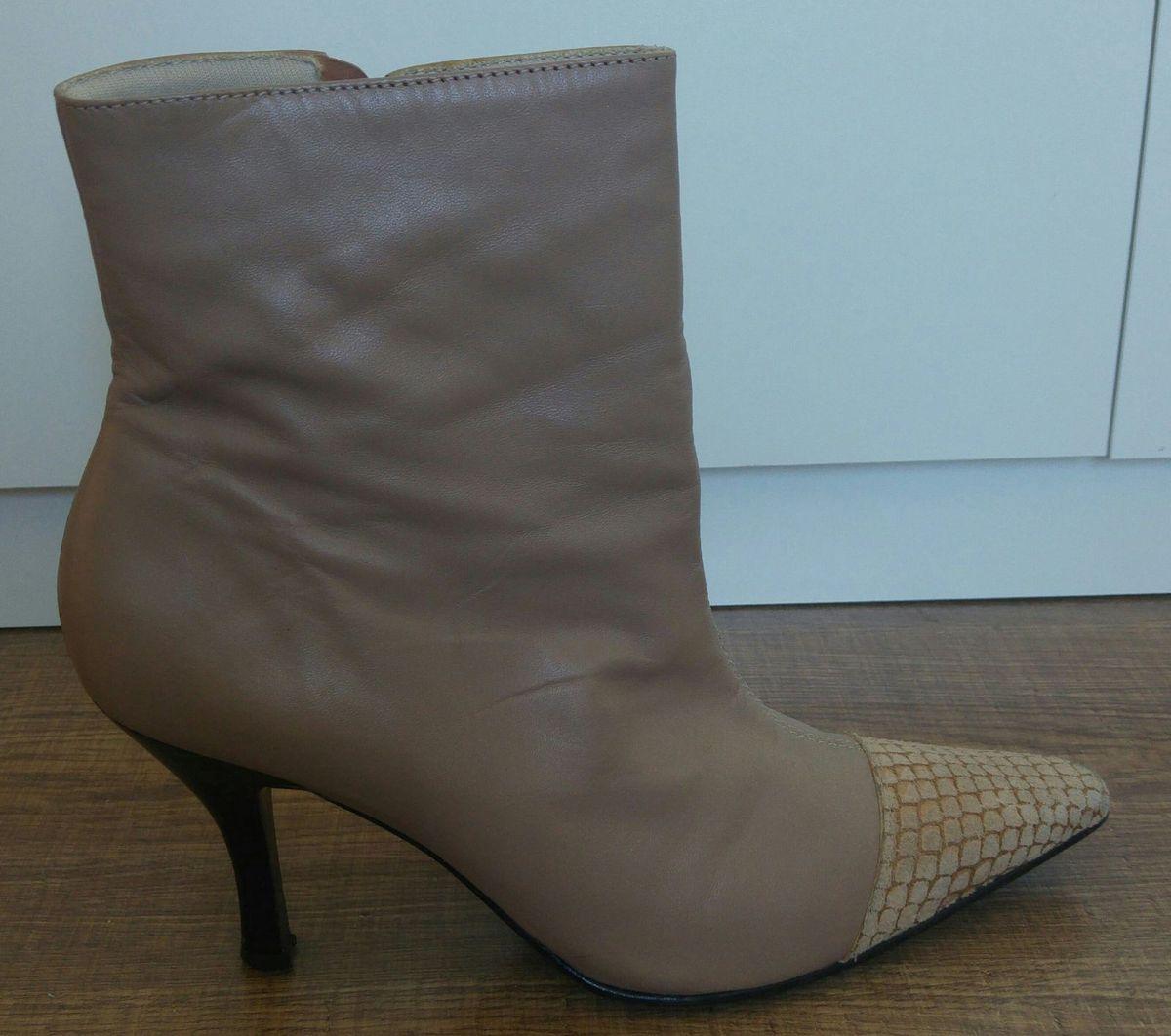9801cfc54 bota nude cano curto bico fino com detalhe - botas lia line