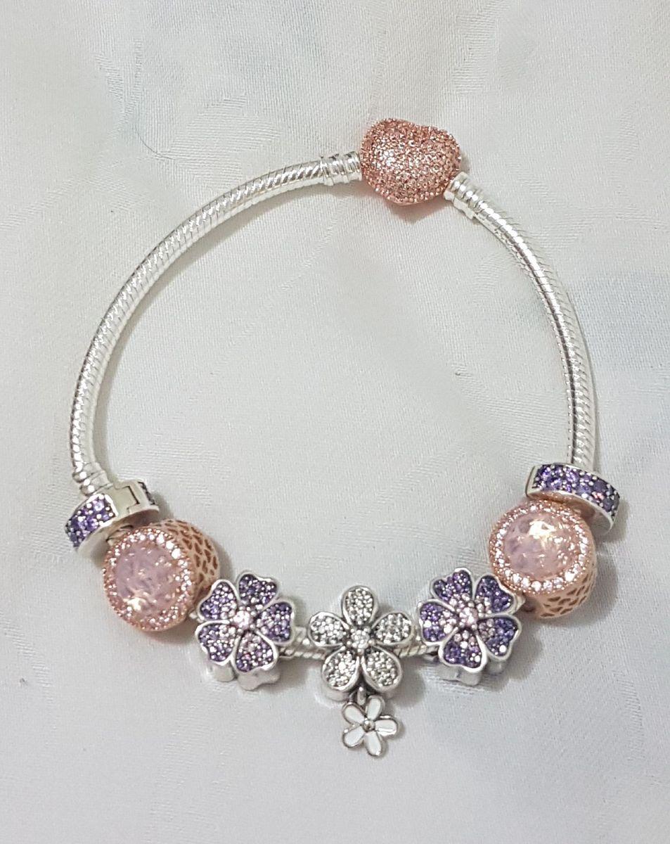 bracelet com charms em prata de lei e logo nas peças - jóias joia