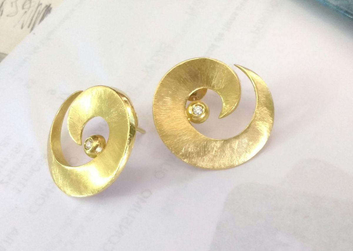 02c02f5e8a8 brinco de ouro amarelo modelo com brilhantes vivara - jóias brinco vivara  em ouro brilhante
