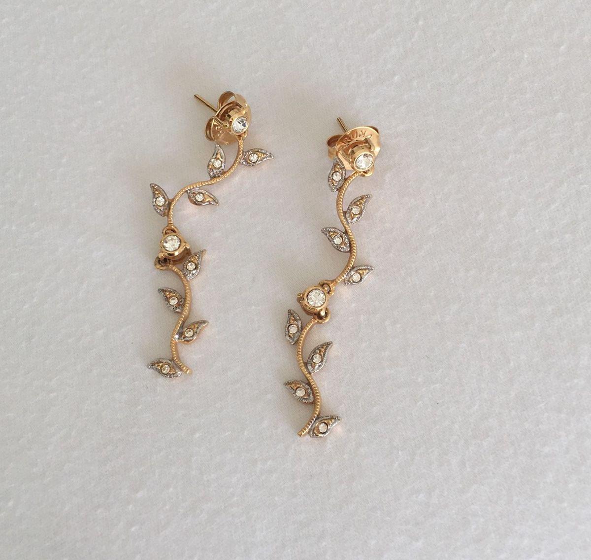 brinco semi jóia banhado ouro longo e detalhes em prata delicado flor e folhas - jóias life