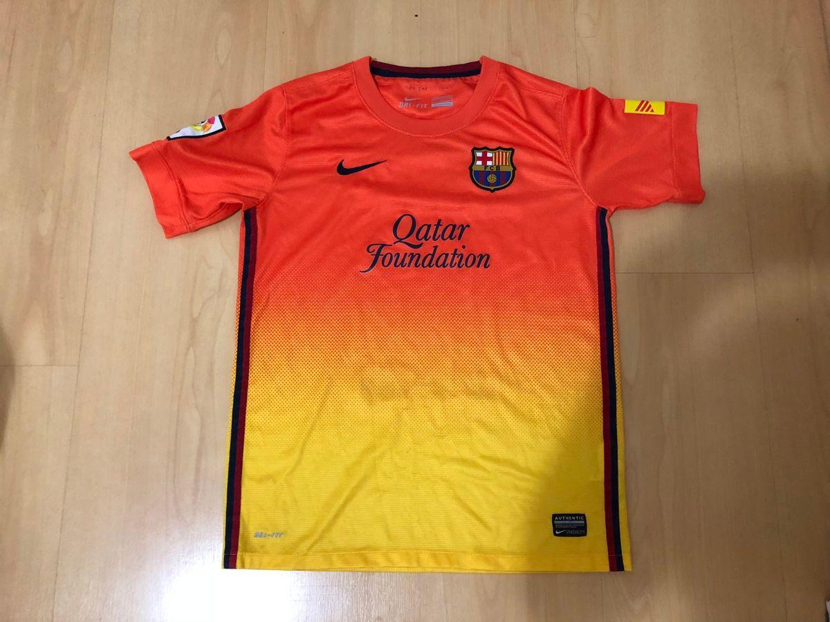 camisa barcelona - menino nike.  Czm6ly9wag90b3muzw5qb2vplmnvbs5ici9wcm9kdwn0cy81mtqznte5lzhmyzvlnjrloduzmmewnmnmntrmztrkotzkm2uyztm3lmpwzw  ... af1b82ae677