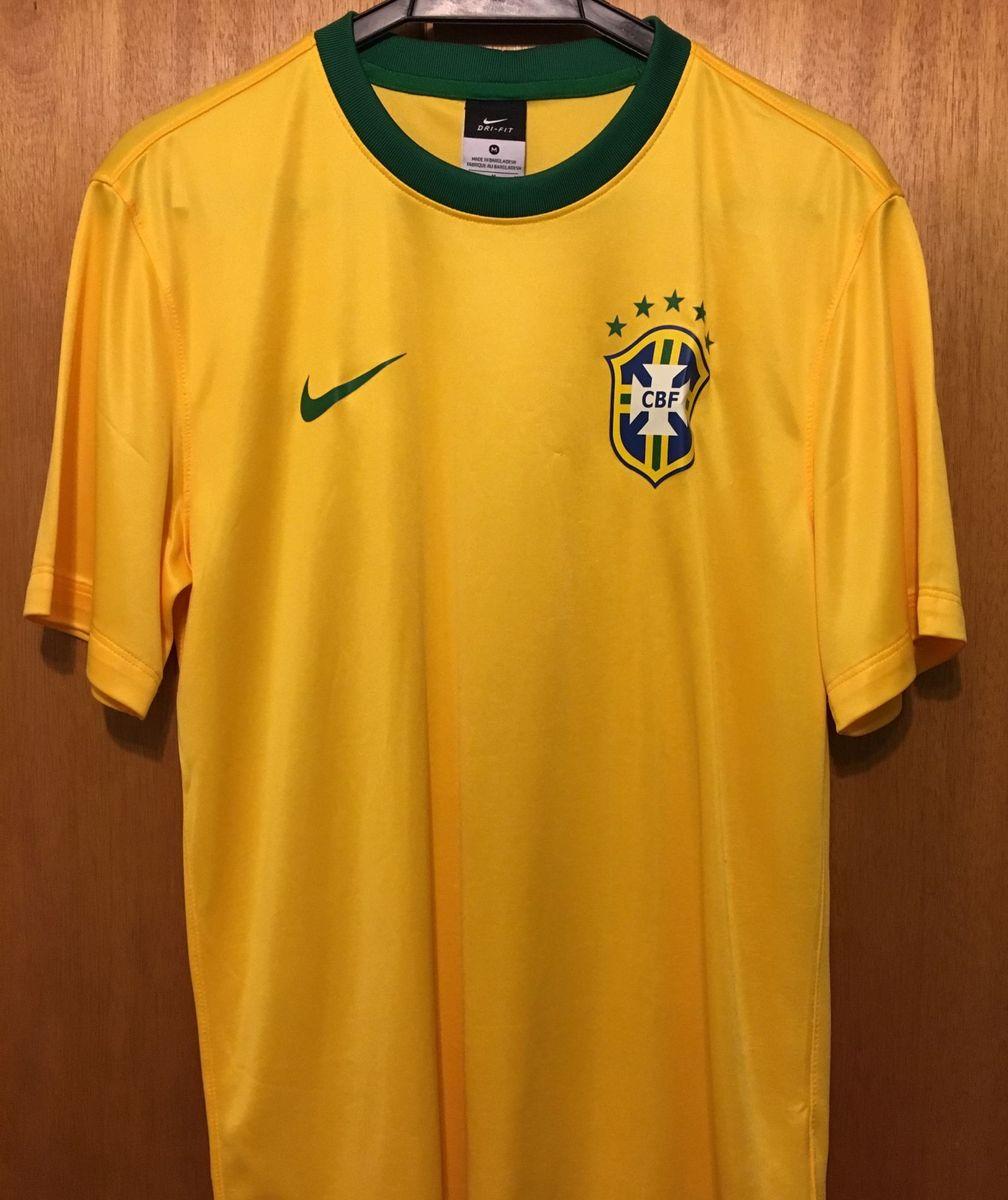 camisa brasil nike torcedor - camisetas nike.  Czm6ly9wag90b3muzw5qb2vplmnvbs5ici9wcm9kdwn0cy8xmtmxnjy0l2uwmzbmztk0njm0yze5otmxmzi4nzfiodjjztblzgq1lmpwzw  ... aa8bc8aff623a