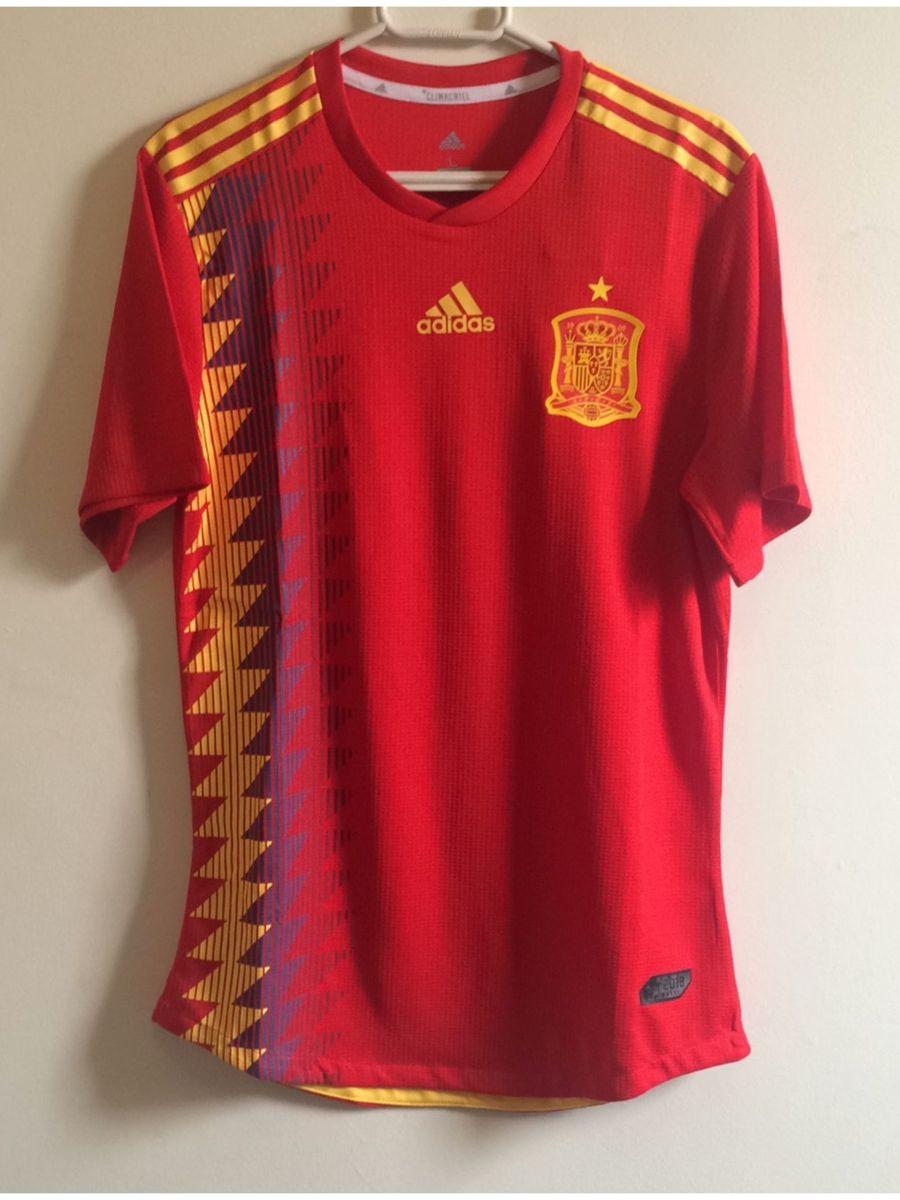 camisa espanha copa 2018 - esportes adidas.  Czm6ly9wag90b3muzw5qb2vplmnvbs5ici9wcm9kdwn0cy8ymzkwmjivmdm3mdg2zmexnjuzndrhntnhmjazowqynwvkmjk3ntquanbn  ... 64c5984ff402c