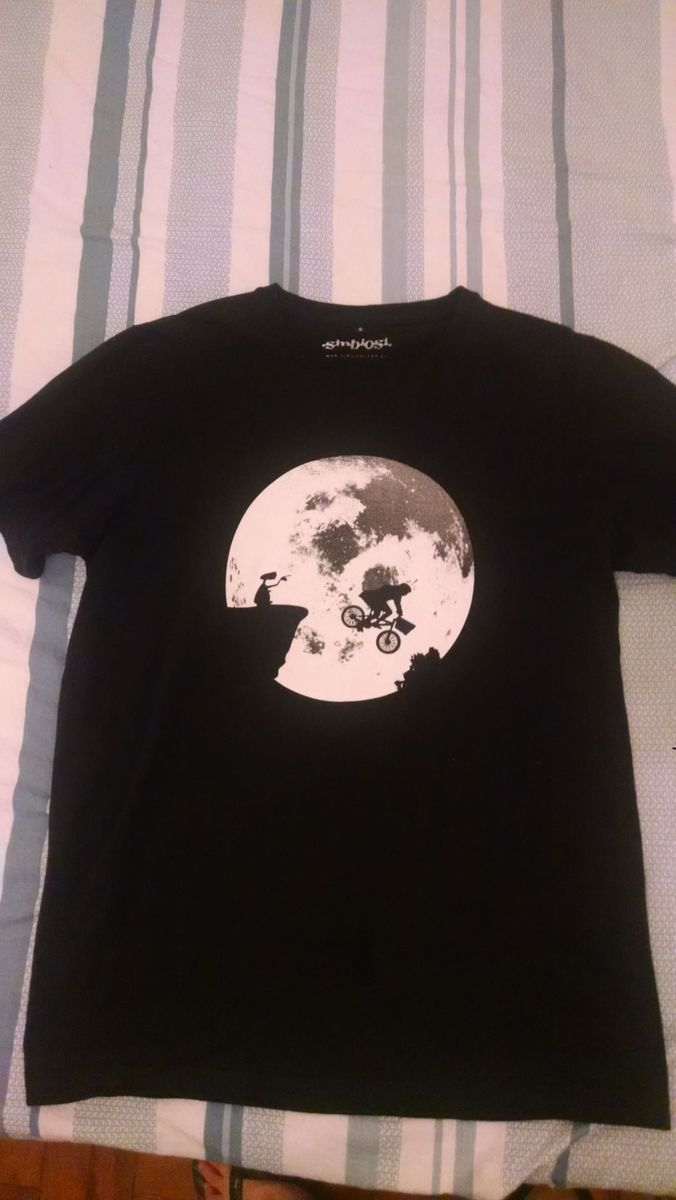 16891ab71b camisa et fanfarrão - camisetas simbiose.  Czm6ly9wag90b3muzw5qb2vplmnvbs5ici9wcm9kdwn0cy8xmjaxntivzmq2zwywmgvlytgxztqyyzk0zjuxn2zizjqxnzjimwyuanbn