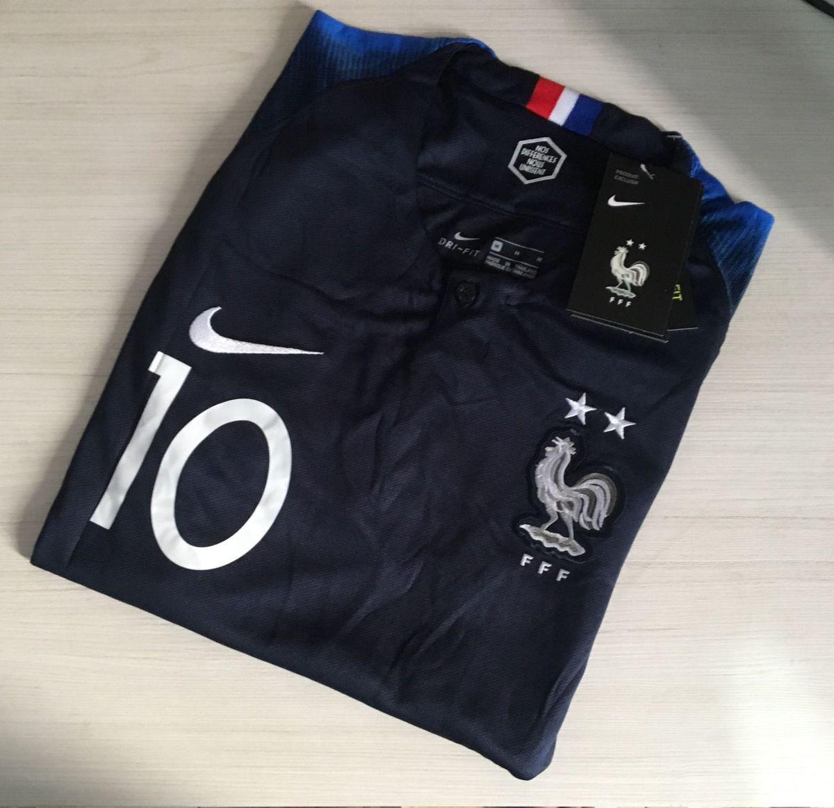 camisa frança home 2018 - camisetas nike.  Czm6ly9wag90b3muzw5qb2vplmnvbs5ici9wcm9kdwn0cy82ody4otq2l2e0mmq4nmfjnjexn2vlnzq1ztm2ymrkn2zhzji5mwnmlmpwzw  ... afebc14b5cdfb