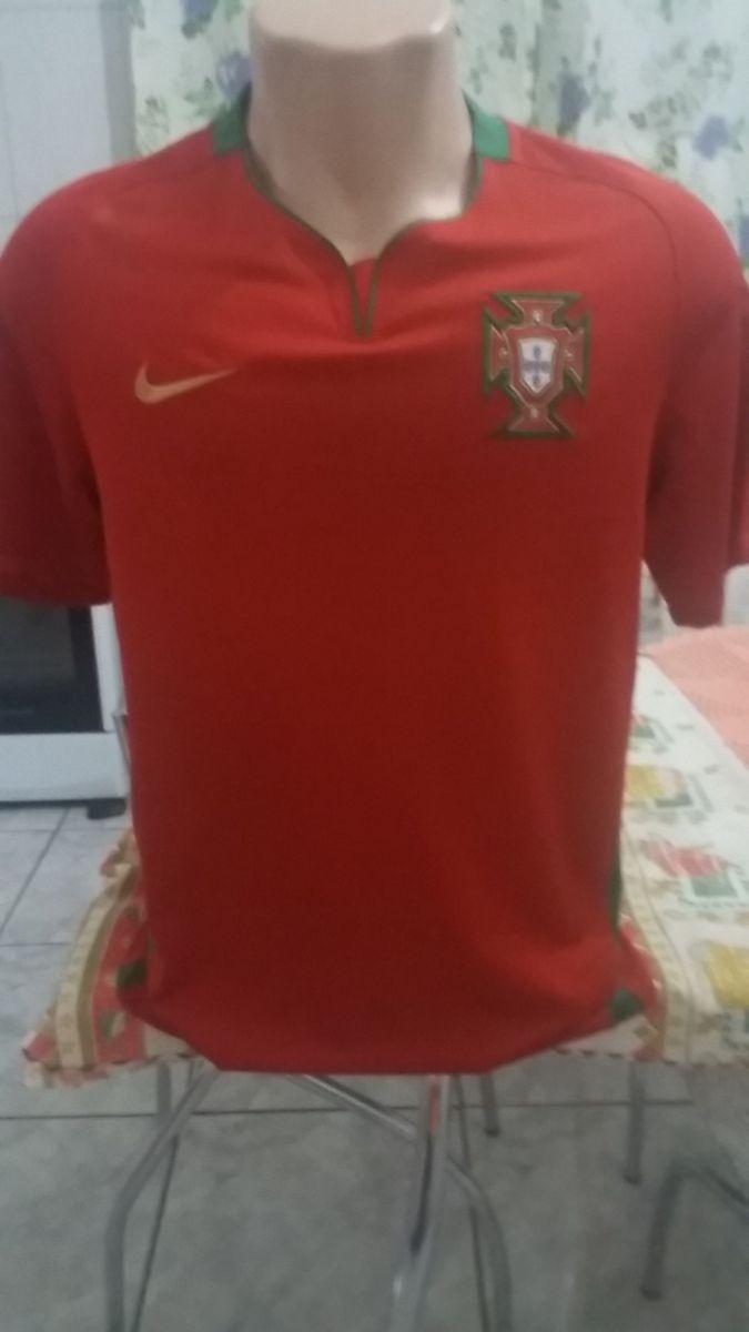 camisa seleção de portugal - esportes nike.  Czm6ly9wag90b3muzw5qb2vplmnvbs5ici9wcm9kdwn0cy83otgxmdk5lzi4mdm3zgy1ndcwngu3mwy3zti4mdq1ntczmtg0ntlhlmpwzw  ... e36bb1cb74e1c