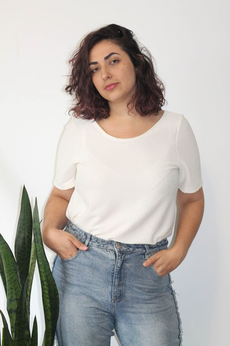 camiseta colmeia off white - camisetas maria melancia