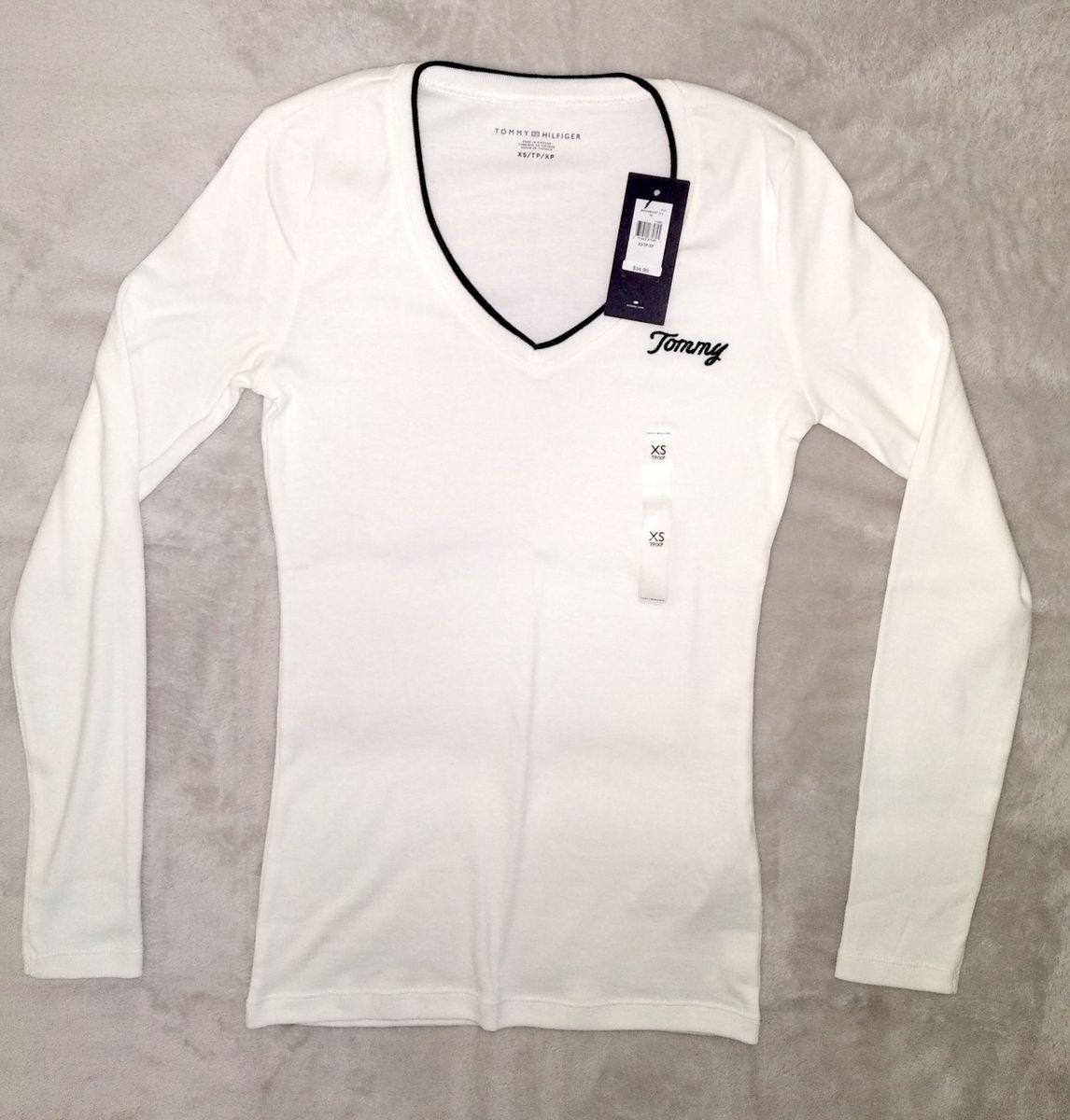 83e4f26d82f01 camiseta feminina tommy hilfiger básica lisa manga longa decote v -  camisetas tommy hilfiger