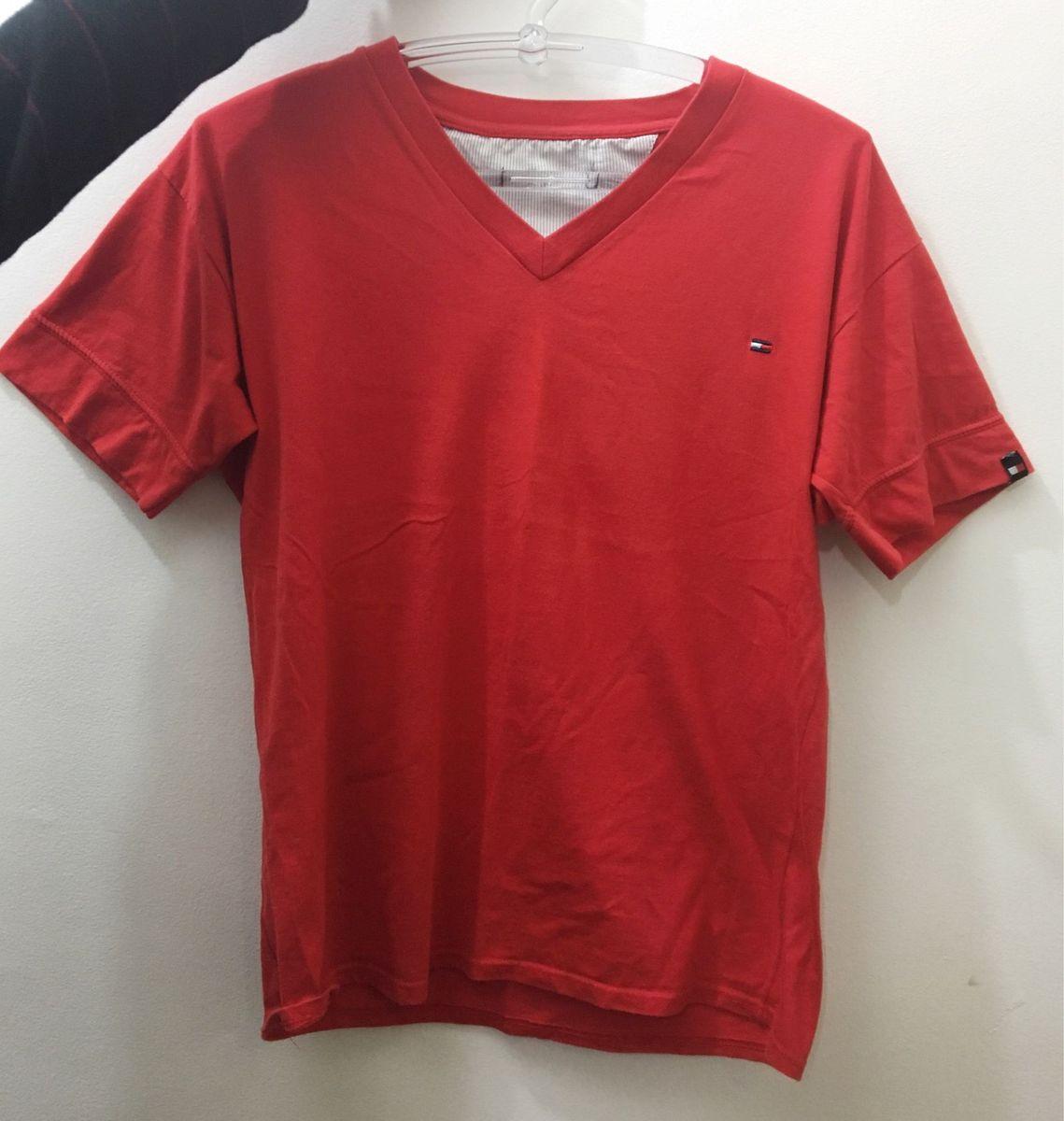 f640a785f0 camiseta gola v - camisetas tommy hilfiger.  Czm6ly9wag90b3muzw5qb2vplmnvbs5ici9wcm9kdwn0cy80njk3mzg5lznhndk0ytg4yjeyogmxmgnjmtbhodu4zmzkytmymtzklmpwzw