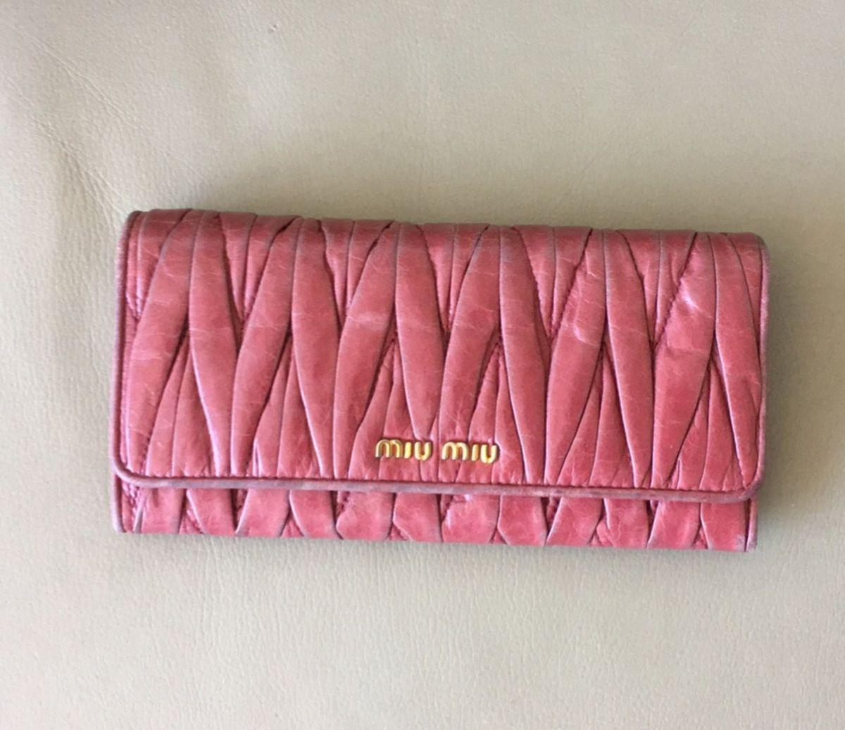 4b0b570168b32 carteira miu miu original - carteiras miu miu.  Czm6ly9wag90b3muzw5qb2vplmnvbs5ici9wcm9kdwn0cy84ntk4mi9lmdk5ntzjywvknzgzzjdkmdrknmu3nwiwnwriyzc0nc5qcgc  ...