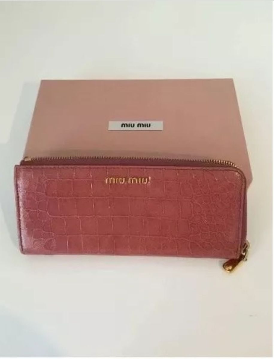 0d13e90378a64 carteira miu miu pinkinha - carteiras miu miu.  Czm6ly9wag90b3muzw5qb2vplmnvbs5ici9wcm9kdwn0cy80nja5nzkzlzi5zmrjmtk1zjvjyznlntnlzwixmtg2n2ixnjexnze3lmpwzw  ...
