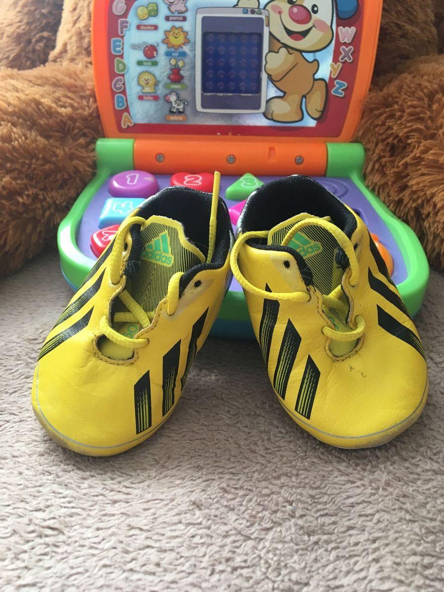 8731ba900d3 chuteira adidas - bebê adidas.  Czm6ly9wag90b3muzw5qb2vplmnvbs5ici9wcm9kdwn0cy8znzu5mtavmteyzguxnwq1ymjinty4nwnlmwnhotk4ywmyywexnzmuanbn  ...