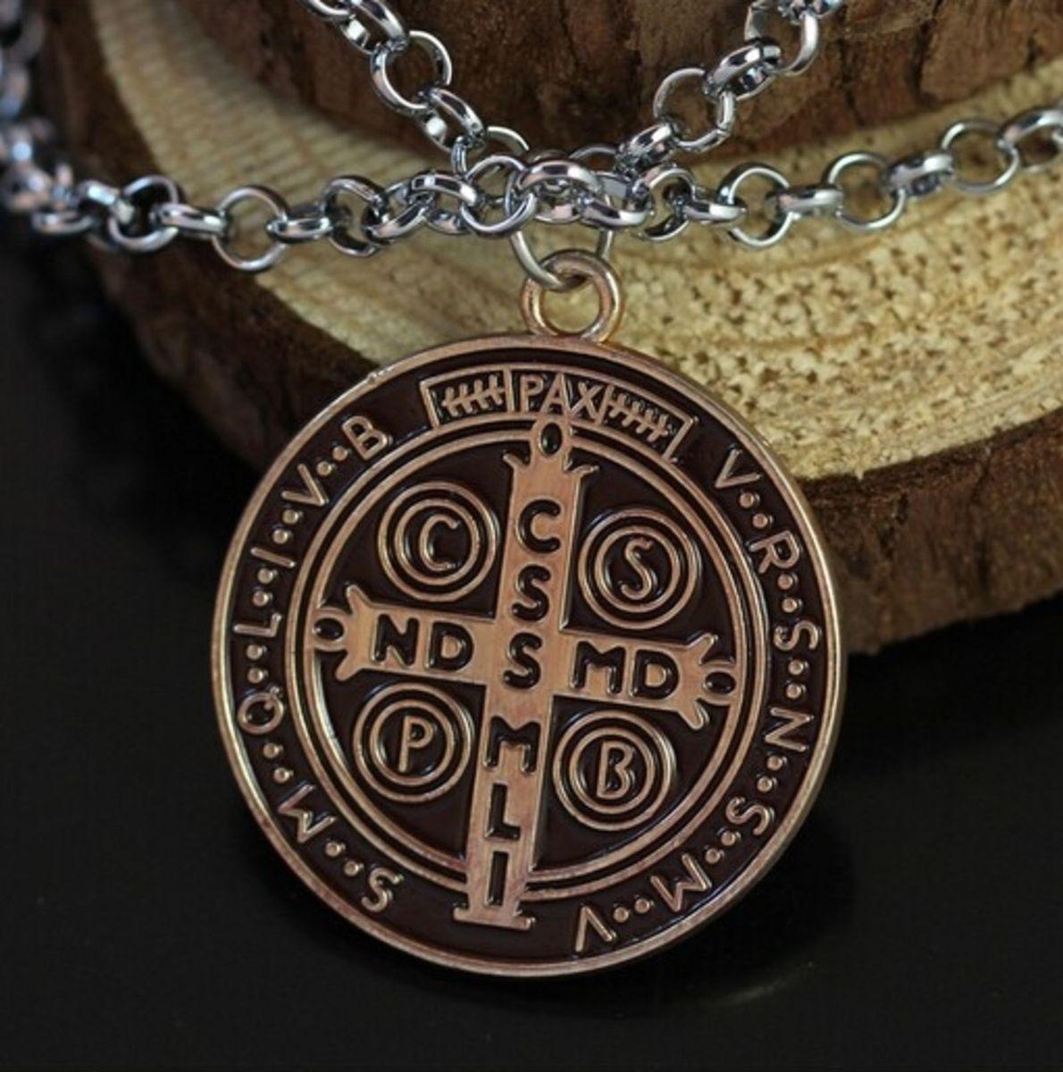 1d4dd63c9df colar amuleto medalha de são bento - série constantine - bijoux são bento