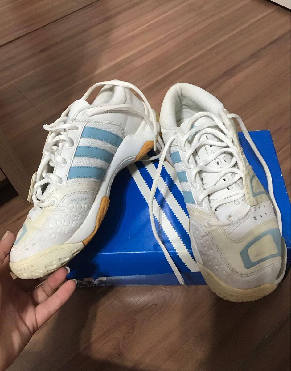 f3fd035eb5 handebol - tênis adidas.  Czm6ly9wag90b3muzw5qb2vplmnvbs5ici9wcm9kdwn0cy81odm4mtizl2nhzmvmyjk0mty3ngewywzkndvlyzy4ownhytzjn2zilmpwzw  ...