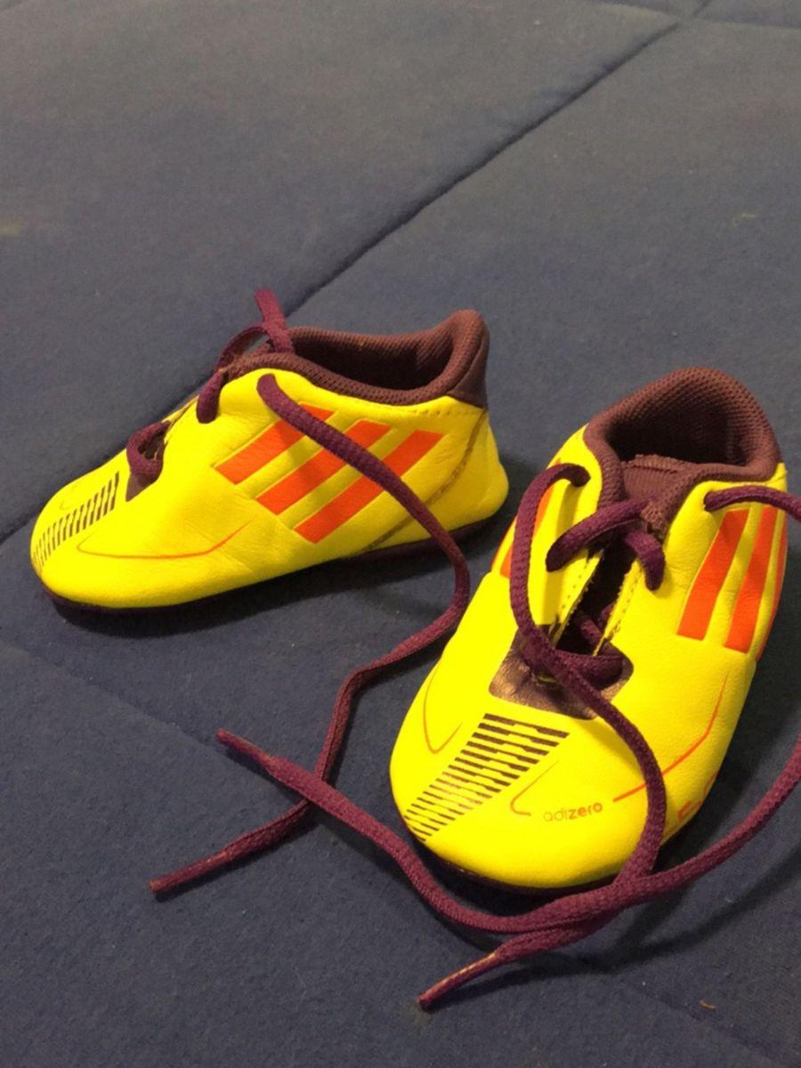 bc92c593b48 mini chuteira adidas - bebê adidas.  Czm6ly9wag90b3muzw5qb2vplmnvbs5ici9wcm9kdwn0cy81mju1nduzlzm0ognhmtmxythlmzmzndhkoti3ytfkyzqymdcyogvmlmpwzw  ...