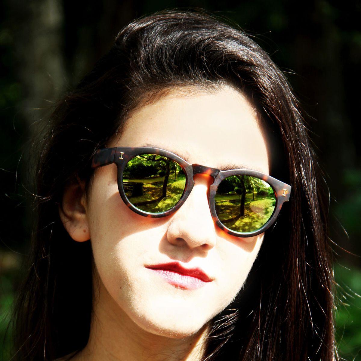oclinho de sol espelhado - óculos illesteva-leonard.  Czm6ly9wag90b3muzw5qb2vplmnvbs5ici9wcm9kdwn0cy83mzyxlzczmjliotc1ndjhztbiy2zhmjczotbkmmi0y2jhztgzlmpwzw  ... 556e571059