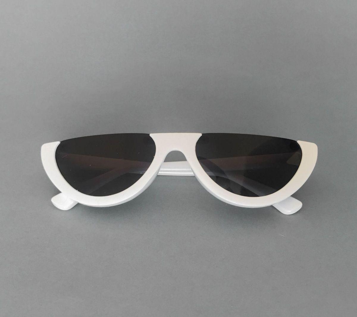 2f6e7521ac492 óculos branco - óculos sem marca.  Czm6ly9wag90b3muzw5qb2vplmnvbs5ici9wcm9kdwn0cy83mdyyotqvzmvinzy2mdmyytmynjy5ndc1ngy3yjliodvjothhzjcuanbn  ...