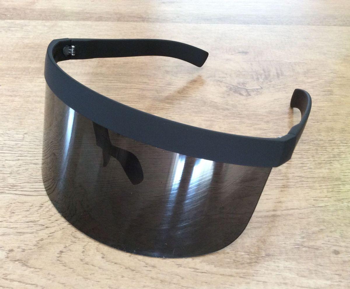 da5c4855f41ba óculos de sol tipo máscara - óculos mask.  Czm6ly9wag90b3muzw5qb2vplmnvbs5ici9wcm9kdwn0cy85mju0mdmvztrinmy2ownlnzc5nwu0otq3ztlkzta4mje2yzqxmtmuanbn
