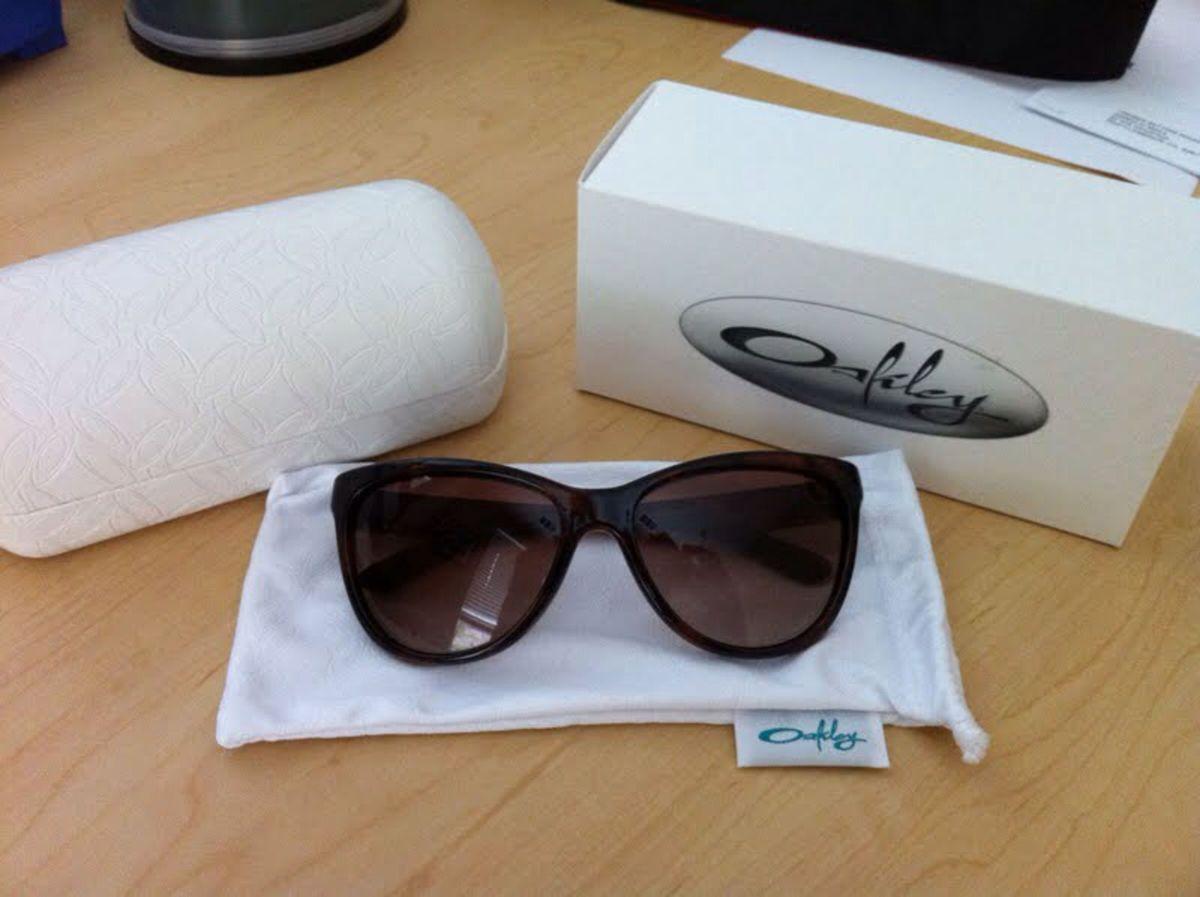 óculos oakley feminino - óculos oakley.  Czm6ly9wag90b3muzw5qb2vplmnvbs5ici9wcm9kdwn0cy81mjuwotevotq0ndvhmmzkmwrlnta0m2y3n2y3ywu4nty4n2m1ntcuanbn 499faa2350