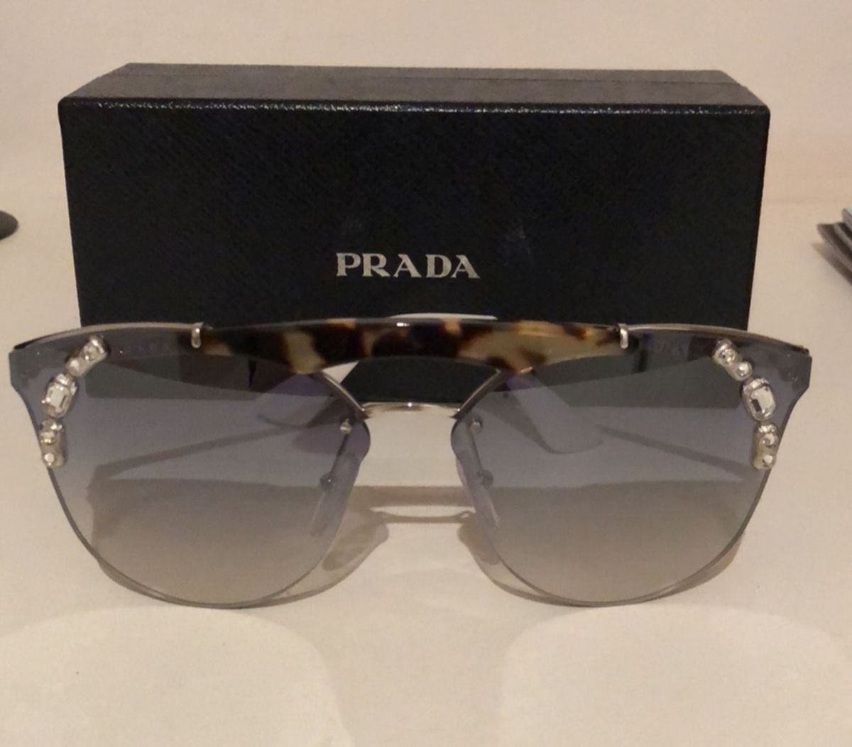 6df0797d00208 lançamento prada - óculos prada.  Czm6ly9wag90b3muzw5qb2vplmnvbs5ici9wcm9kdwn0cy84nty5nzu2lzljnzdmmtq4odrhndvjmme5zjk4m2ewm2finwuwmjgwlmpwzw  ...