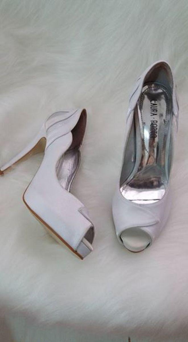 b45224b3426 peep toe branco noiva - sandálias laura porto.  Czm6ly9wag90b3muzw5qb2vplmnvbs5ici9wcm9kdwn0cy8xntq2mjivntbhndg5ndcznwy0ogq0yjyzmjhmmjy3oddkmme2ntyuanbn  ...