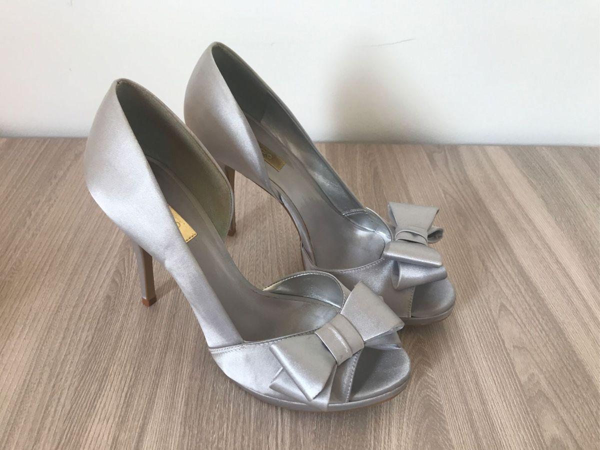 7a325f59d4 peep toe marca prego cetim prata - sapatos prego.  Czm6ly9wag90b3muzw5qb2vplmnvbs5ici9wcm9kdwn0cy84odi5njevytaxzddkogyzntdhzmu0nwvkyzi5mmflytu2mdewmjguanbn