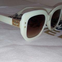 1a64a84dd óculos de sol quadrado branco lente cor castanho material acetato cor  branca marca fendi