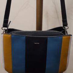 dff828a53 bolsa parfois azul marinho, com frente colorida em marinho, azul claro e  amarelo