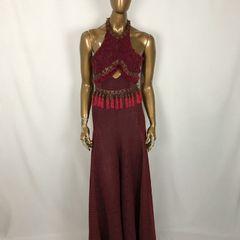 bae9860079 vestido longo com ação de tachas e plumas
