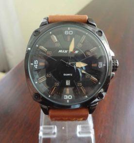 9db355af1b6 lindo relógio de couro esportivo ristos com marcação de data 100% novo