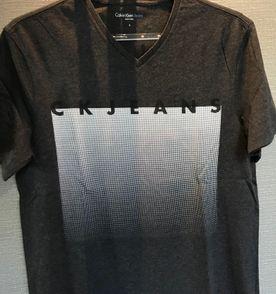 71e5bd986bea5 Camiseta Gola V Roxa Calvin Klein Jeans   Camiseta Masculina Calvin ...