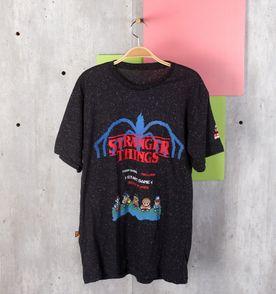 62567e83c t-shirt pixels de coisas estranhas
