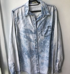 219cfd5eaa Camisa Jeans Manchada - Encontre mais belezas mil no site  enjoei ...